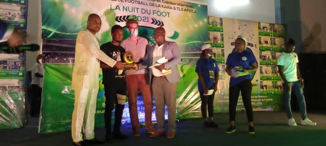 Tchakéi Marouf, recevant le trophée et les prix du meilleur joueur D1